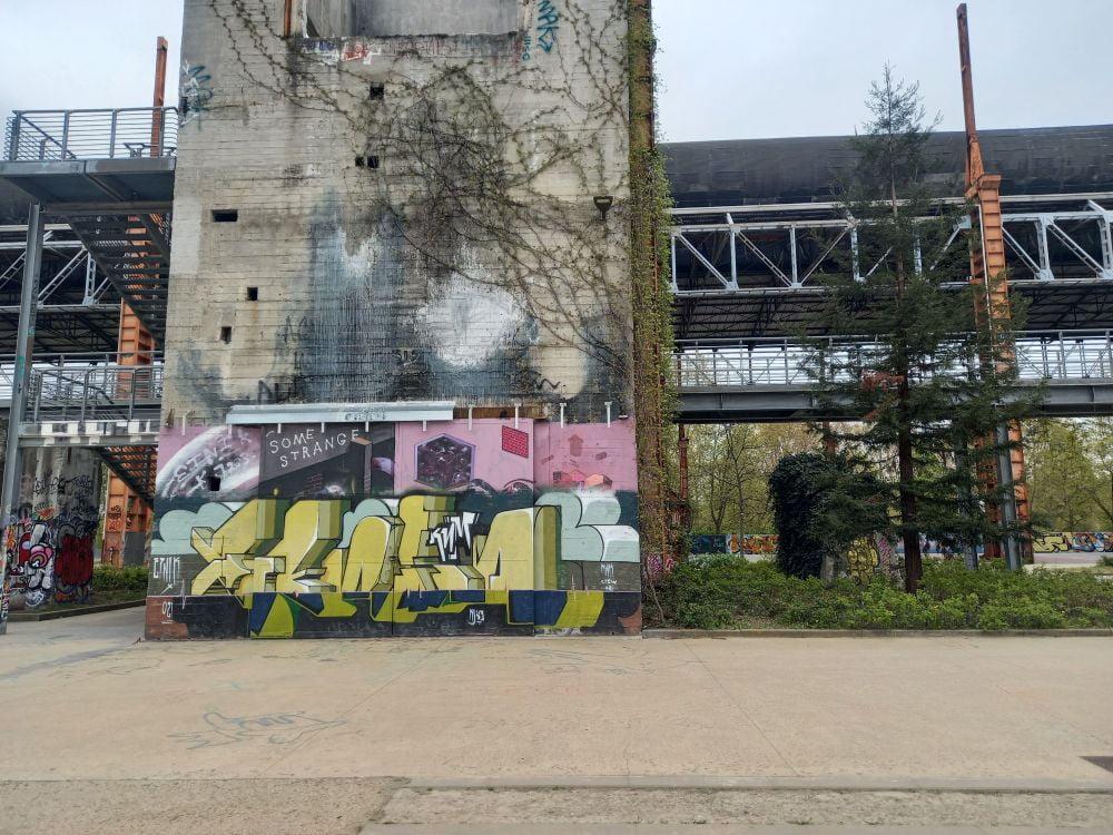Murale al Parco Dora di Torino con passerella in metallo sullo sfondo