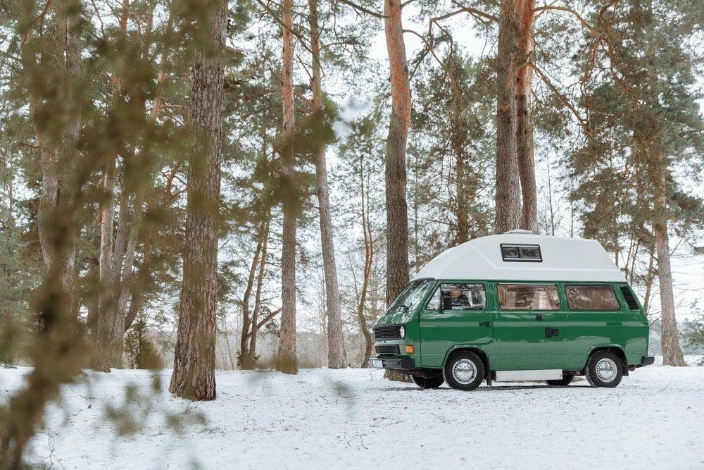 Camper parcheggiato in montagna in mezzo alla neve, foto Thirdman