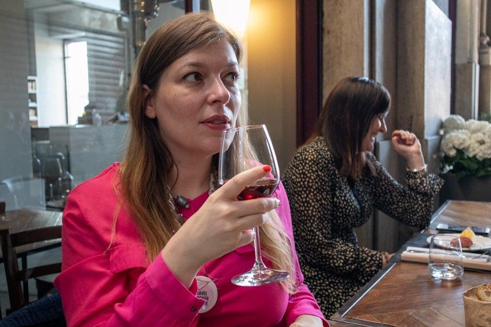 Io che cerco di atteggiarmi a sommelier durante la nostra cena da Goustò mentre Krizia dietro di me se la ride con le altre blogger