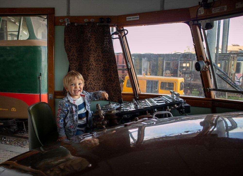 Figlio di Paola Bertoni guida l'automotrice FIAT al Museo Ferroviario Piemontese di Savigliano