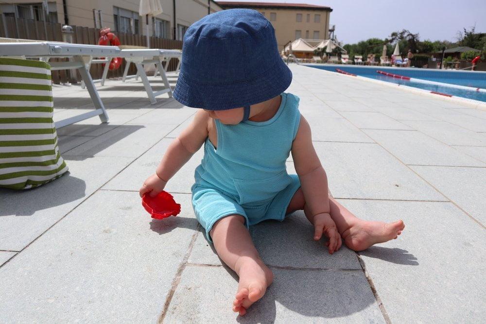 Figlio di Paola Bertoni in piscina a Tirrenia, Toscana