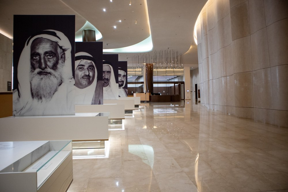 Le gigantografie dei padri fondatori degli Emirati Arabi Uniti all'Etihad Museum di Dubai