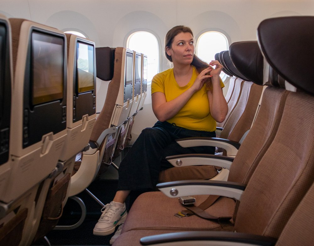 Paola Bertoni su un volo Etihad per Abu Dhabi con file di sedili vuoti