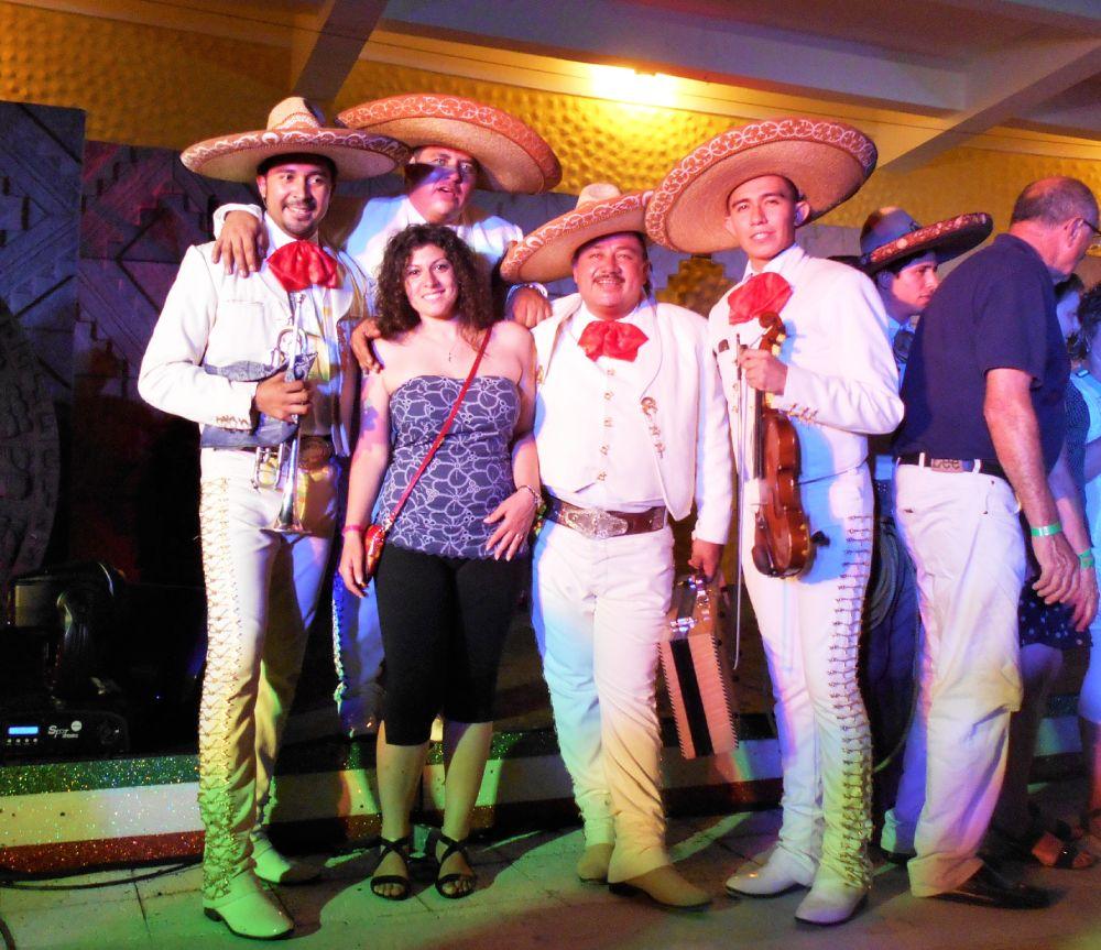 Lucia Nuzzacci di Souvenir di viaggio con una banda di musicisti mariachi