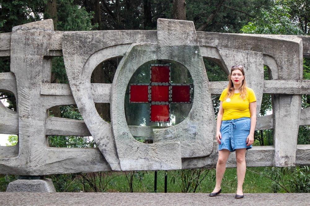Paola Bertoni davanti al monumento alla Croce Rossa a Solferino