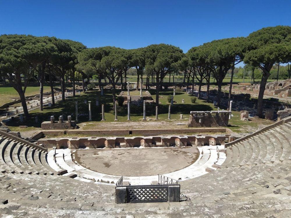 Il teatro di Ostia Antica, foto di Marina Lo Blundo, autrice di Maraina in viaggio