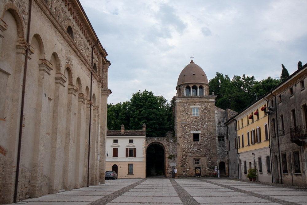 """Edifici nella parte alta di Solferino, lungo la strada per arrivare alla Rocca """"Spia d'Italia"""" e al Monumento alla Croce Rossa"""