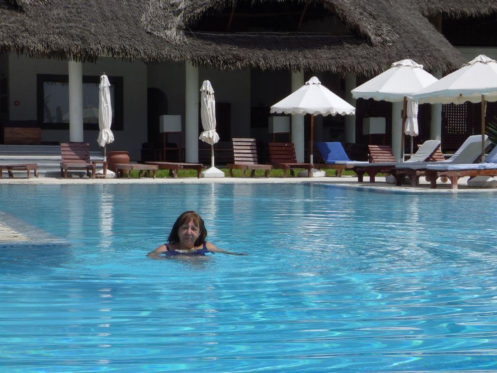 Teresa di Nonni Avventura in piscina a Watamu, in Kenya
