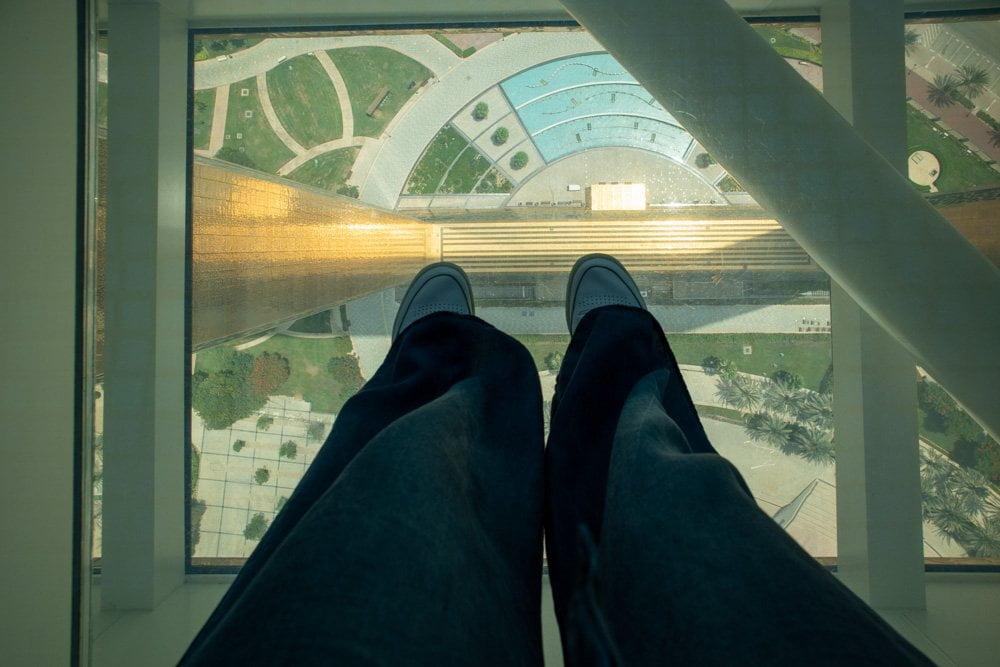 Il pavimento del Dubai Frame che diventa trasparente quando lo calpesti