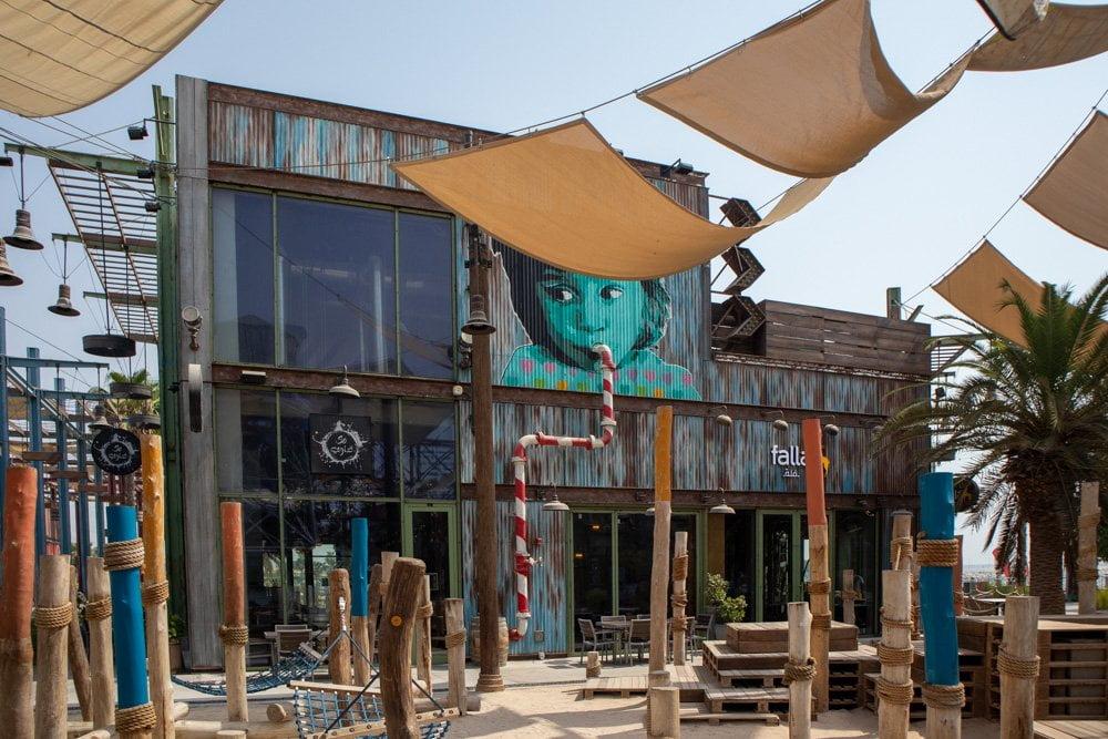 Murales e decorazioni urbane nel quartiere La Mer a Dubai