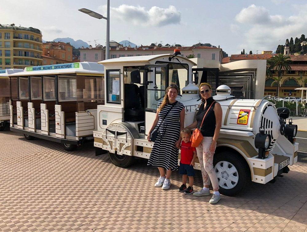 Paola Bertoni, bimbo e Mila Diani davanti al trenino turistico di Mentone, Francia