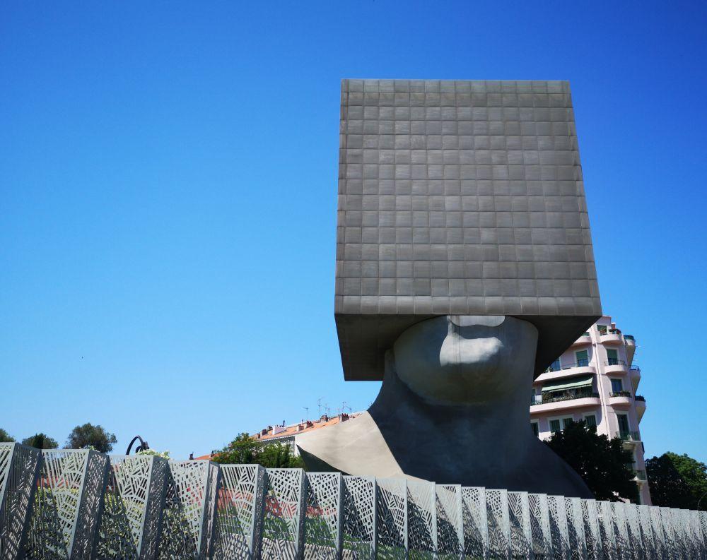 Tête Carrée di Sacha Sosno a Nizza