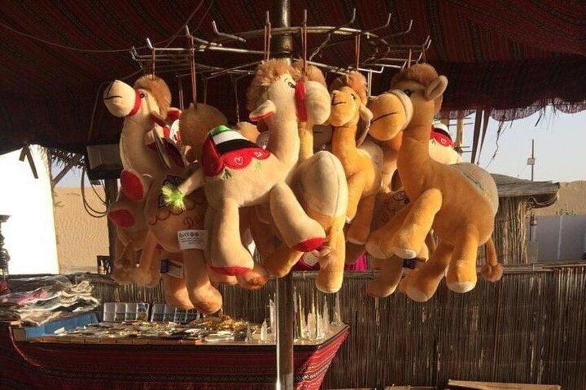 Cammelli di peluche in vendita come souvenir di Dubai