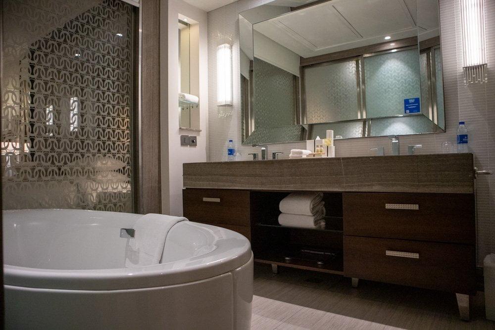 Bagno della Guest Room all'hotel Hilton Dubai Al Habtoor City