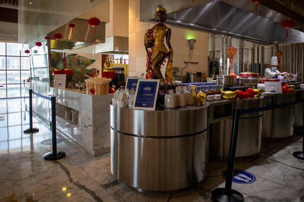 Cucina a vista con chef specializzato in piatti cinesi al ristorante The Market all'hotel Hilton Dubai Al Habtoor City
