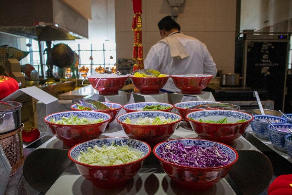Prima colazione asiatica al ristorante The Market all'hotel Hilton Dubai Al Habtoor City