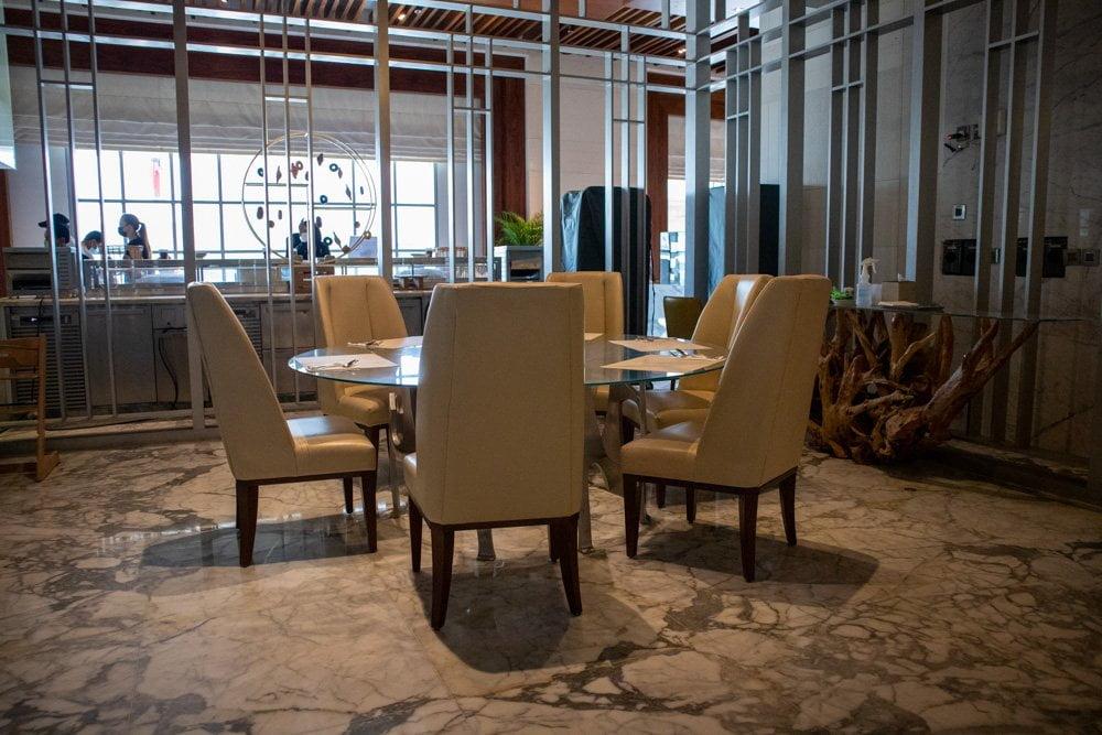 Sala da pranzo del ristorante The Market all'hotel Hilton Dubai Al Habtoor City