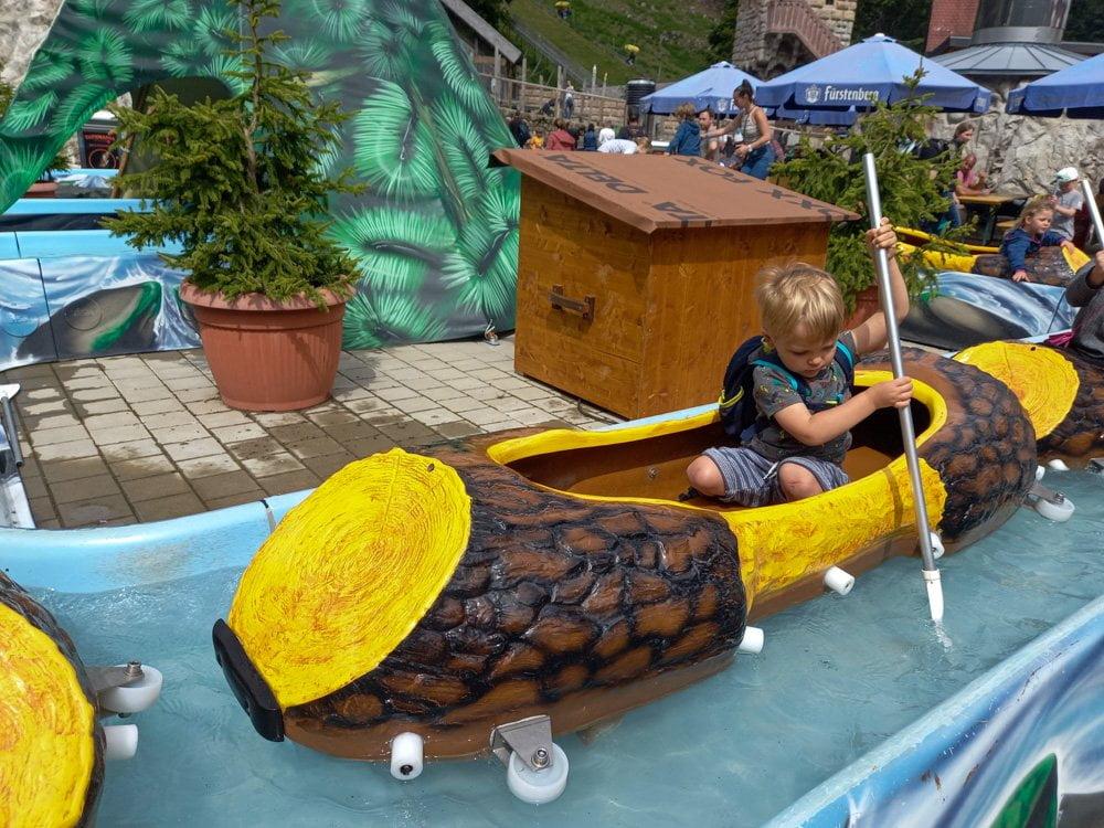 Il percorso sulle canoe per i bambini allo Steinwasen Park in Germania