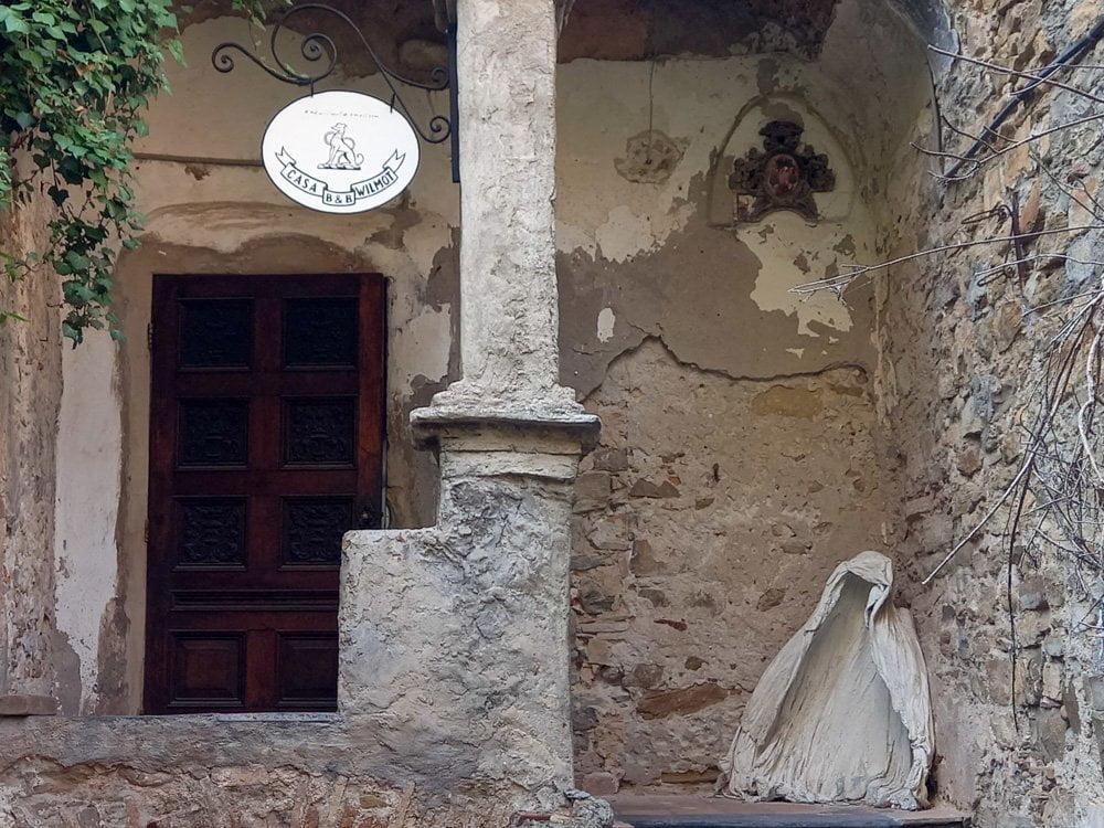 B&B Wilmot di Bussana Vecchia, gestito da uno degli artisti del borgo