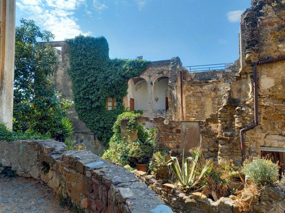 Ruderi di Bussana Vecchia, il borgo ligure degli artisti