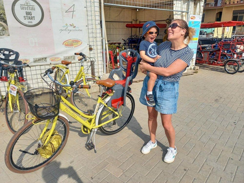 Paola Bertoni e bimbo al punto noleggio biciclette Scalo 4 a Santo Stefano al Mare, lungo la pista ciclabile della Riviera dei Fiori