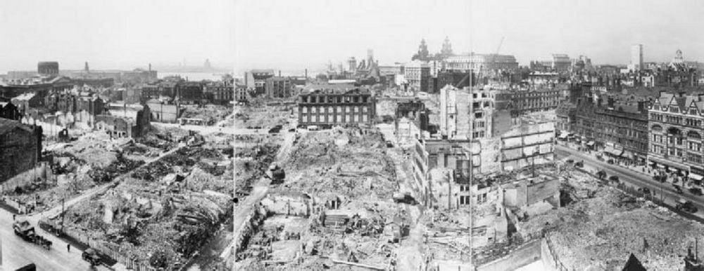 I danni di un bombardamento tedesco su Liverpool durante la seconda guerra mondiale