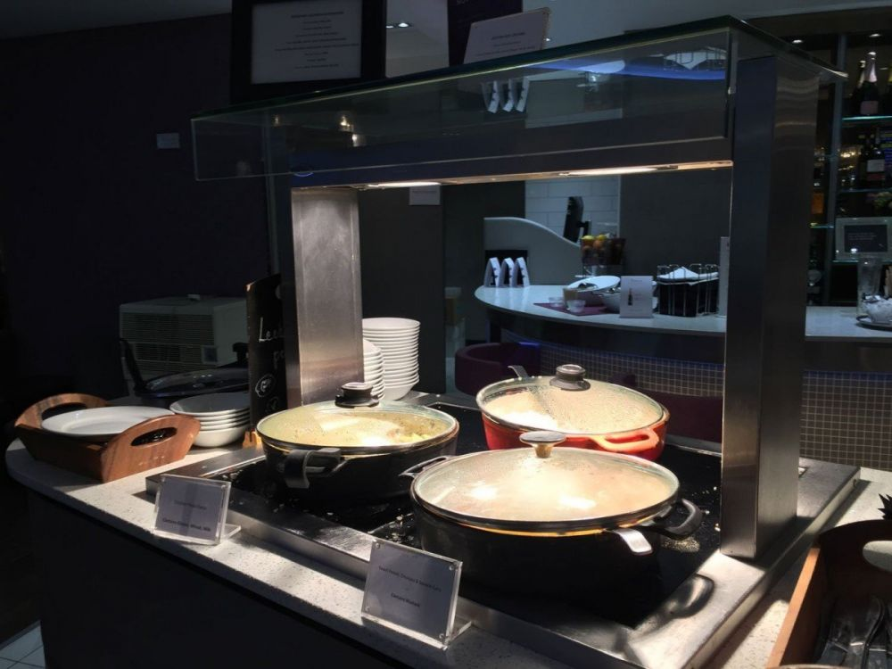 Il buffet caldo dell'Aspire Executive Lounge dell'aeroporto di Londra Luton