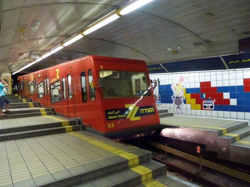Arrivo del treno alla fermata Paris Square della metropolitana Carmelit di Haifa