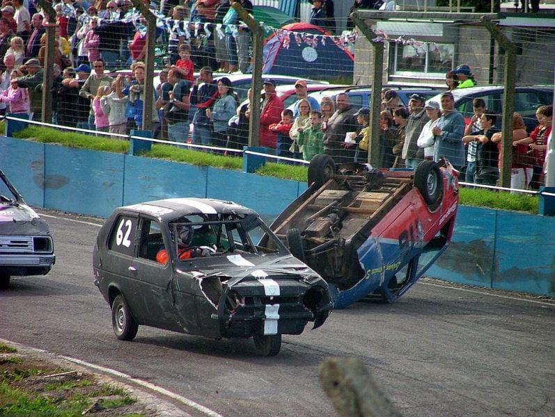 Gara automobilistica in Inghilterra con macchine a tre ruote della Reliant
