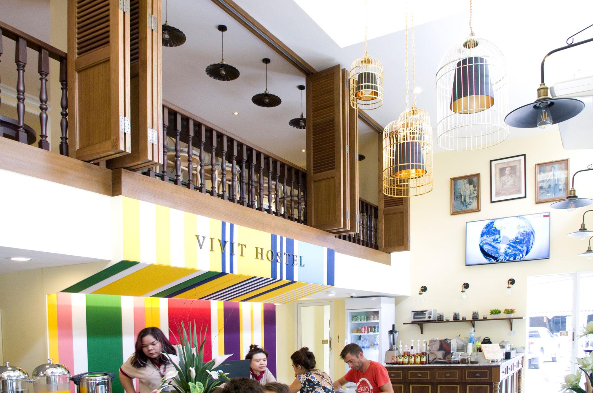 L'ingresso del Vivit Hostel Bangkok, con vista del balcone della sala superiore