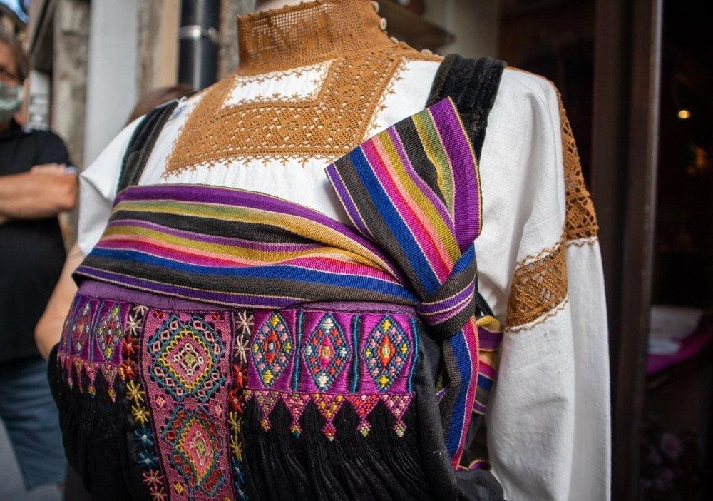 Abito tradizionale di Varallo Sesia decorato con pizzo puncetto, ricami e ligam
