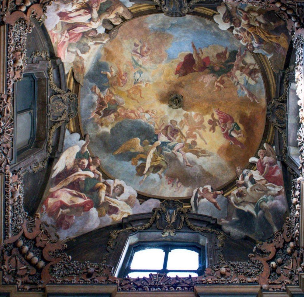 Affresco di Sebastiano Ricci Trionfo di anime in un volo di angeli sulla volta dell'ossario di San Bernardino alle Ossa