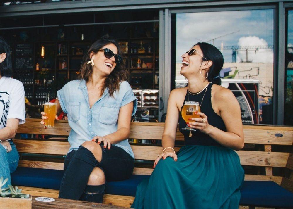 Amiche che bevono una birra