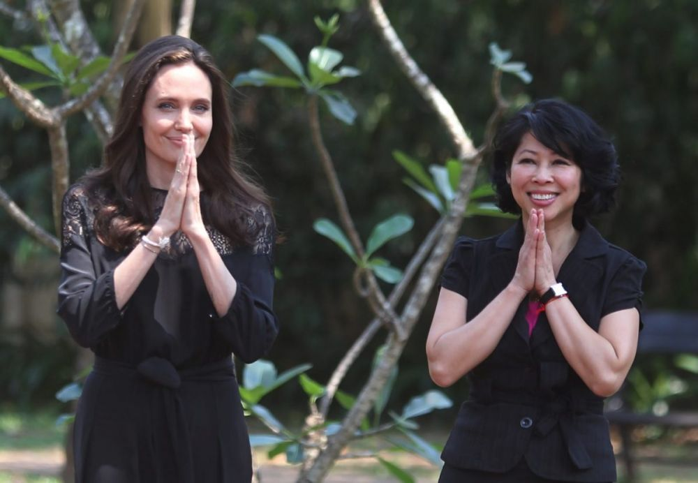 Angelina Jolie e Luong Ung alla conferenza stampa per la presentazione del film First they killed my father - Photo Reuters/Samrang Pring, fonte Newsweek