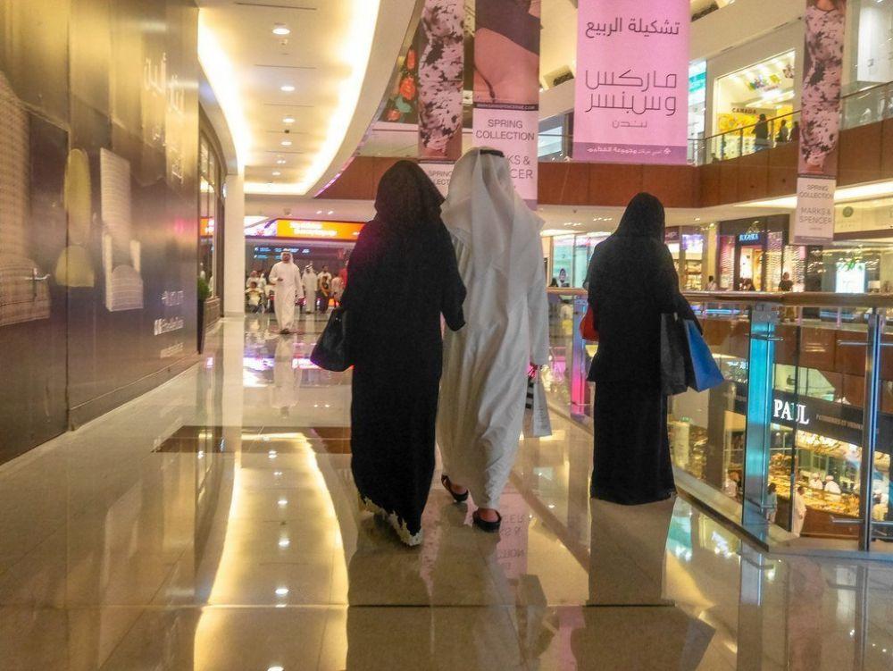 Donne con il niqab in un centro commerciale a Dubai