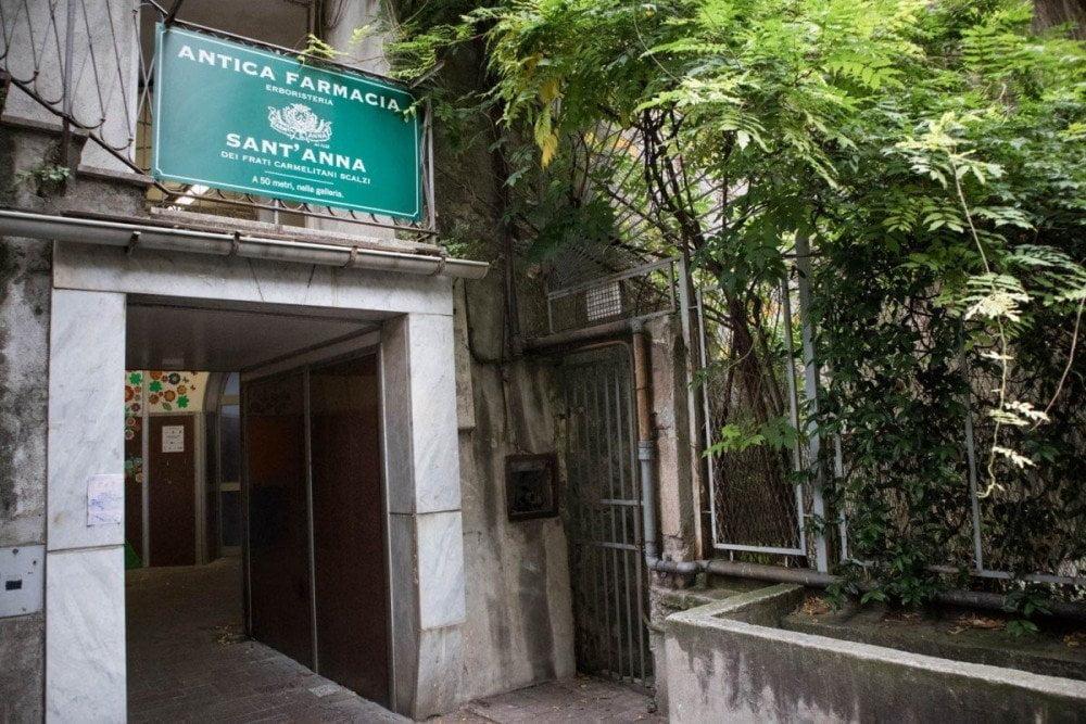 Ingresso del tunnel pedonale dell'ascensore Magenta-Crocco di Genova da cui si accede all'ascensore dell'Antica Farmacia Sant'Anna dei frati carmelitani scalzi