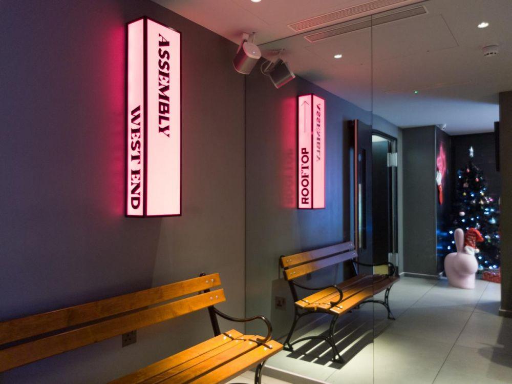 Il corridoio con gli ascensori all'Assembly Hotel di Londra