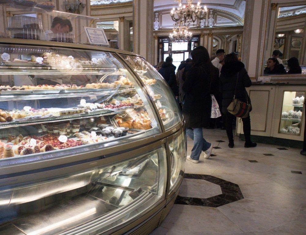 Atrio del Gran Caffè Gambrinus di Napoli con dolci e pasticcini di ogni genere esposti nel banco frigo