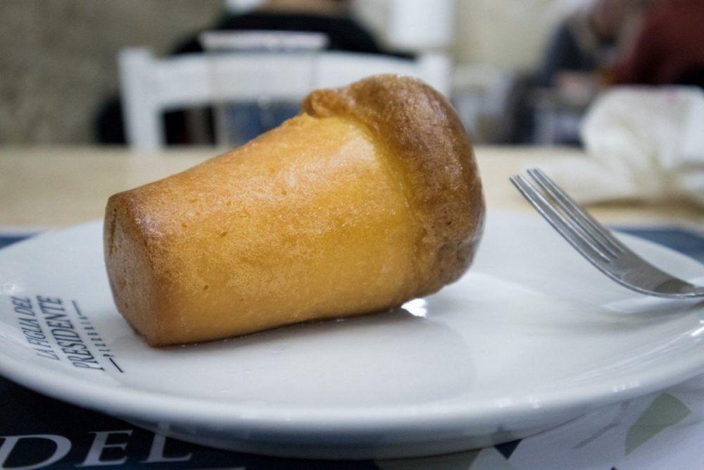 Babà in un piatto servito alla pizzeria La Figlia del Presidente a Napoli