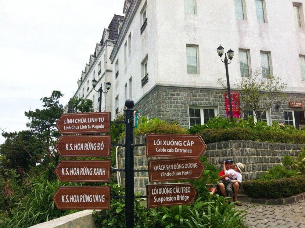 I cartelli turistici nella piazza principale di Ba Na Hills in Vietnam