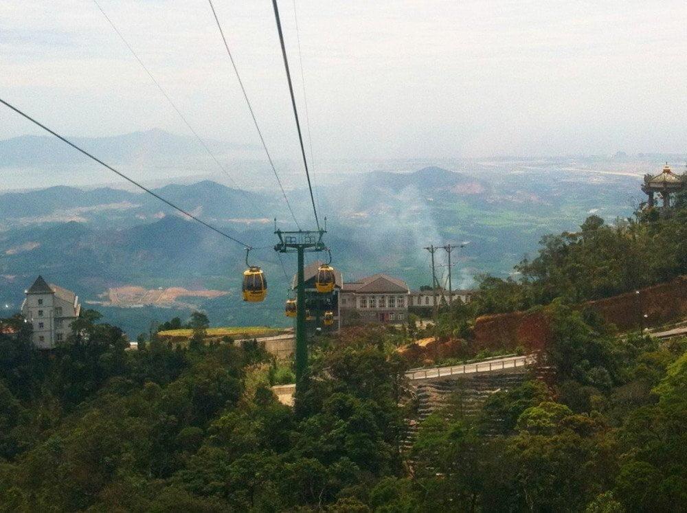 La collina di Ba Na vista dalla sua funivia