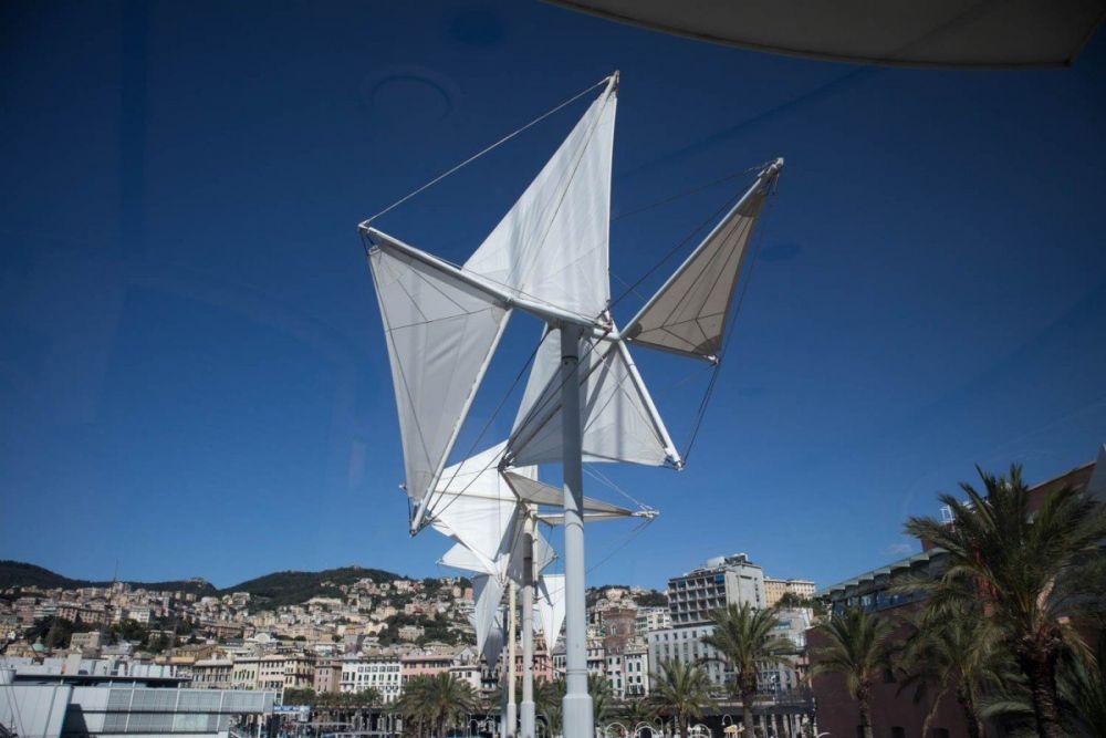 La scultura Il vento di Colombo di Susumu Shingu a Porto Antico, di fianco al Bigo di Genova