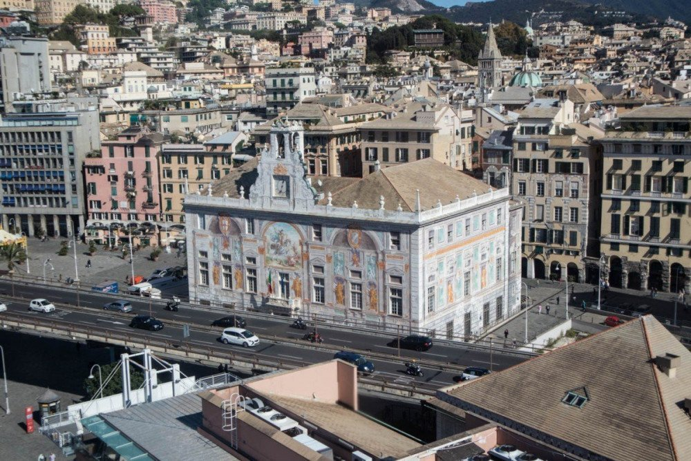 Vista su Palazzo San Giorgio dal Bigo di Genova