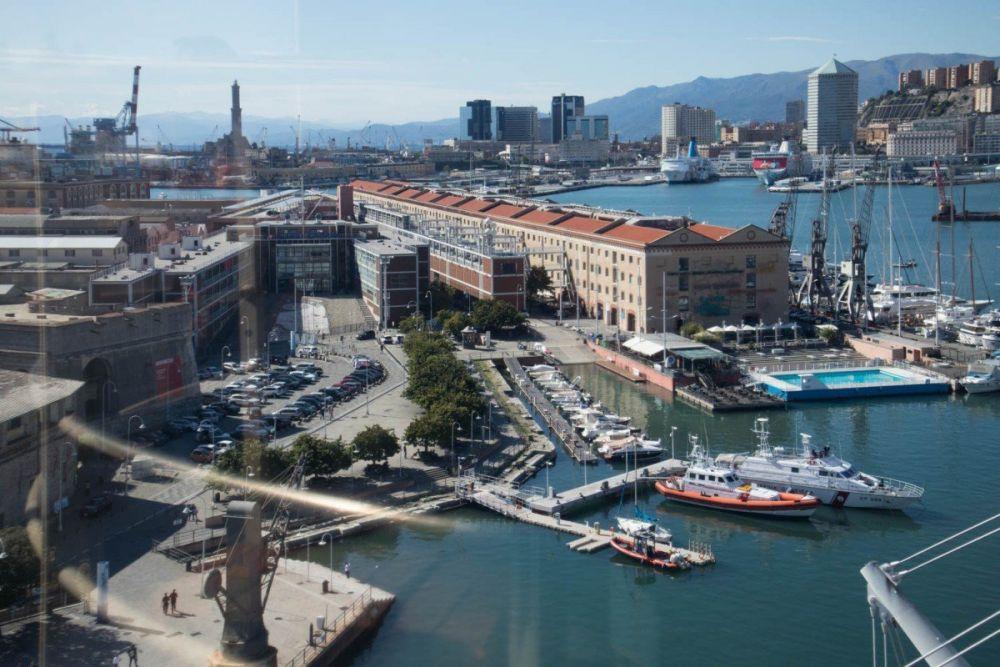 Vista sul Porto Antico dall'ascensore panoramico Bigo a Genova