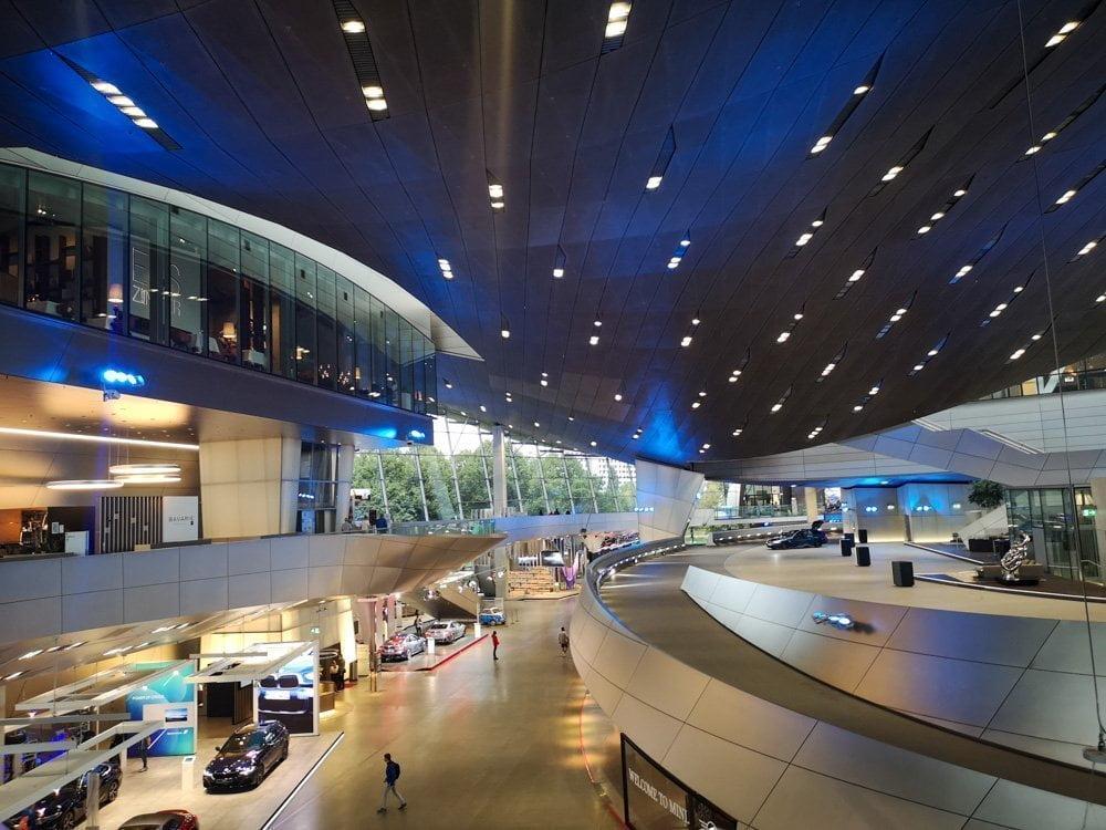 Interno dell'edificio BMW Welt che ospita lo showroom di auto e moto a marchio BMW, MINI, Rolls-Royce Motor Cars and BMW Motorrad