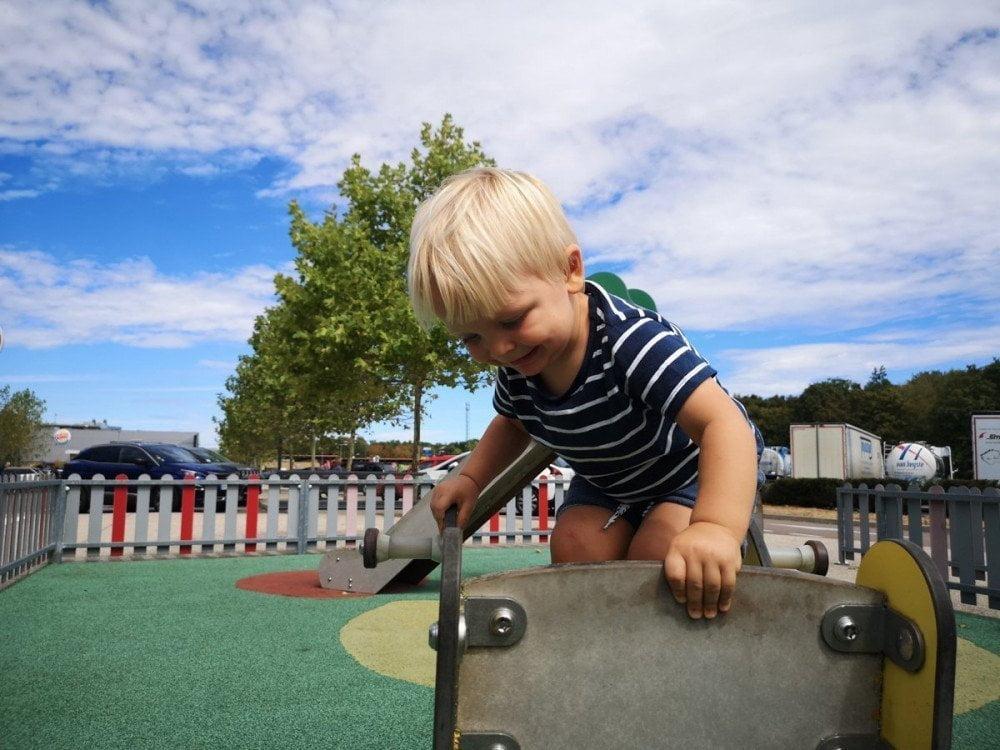 Britalian baby al parco giochi di un Autogrill in Francia