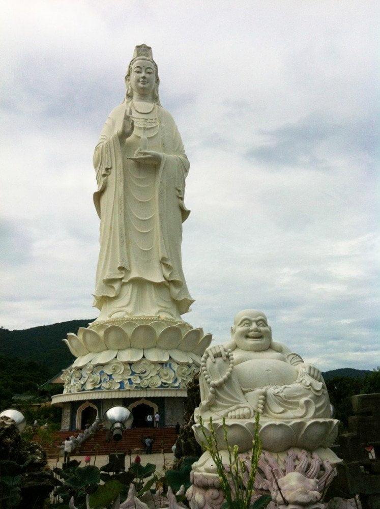 Il Buddha gigante alla Pagoda di Linh Ung di Ba Na Hills in Vietnam