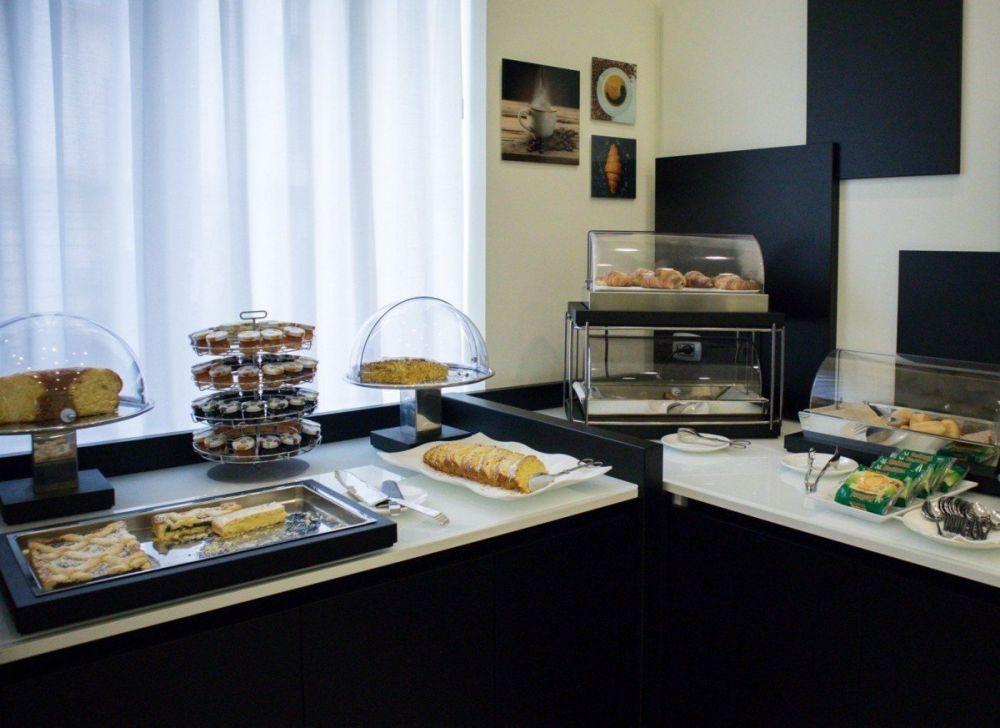 Il buffet dolce e salato della colazione all'hotel Palazzo Firenze di Napoli