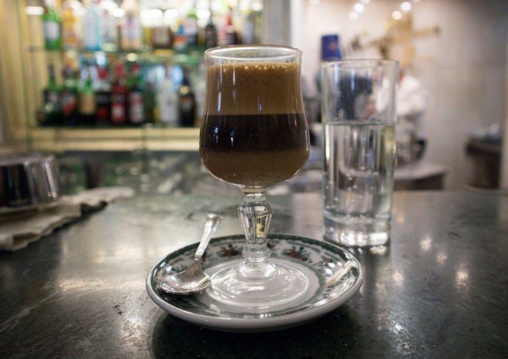 Caffè alla nocciola al banco del Gran Caffè Gambrinus di Napoli