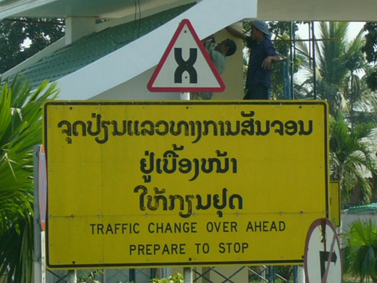 Cartello tailandese che indica il cambio delle corsie sul Primo ponte dell'amicizia thai-lao